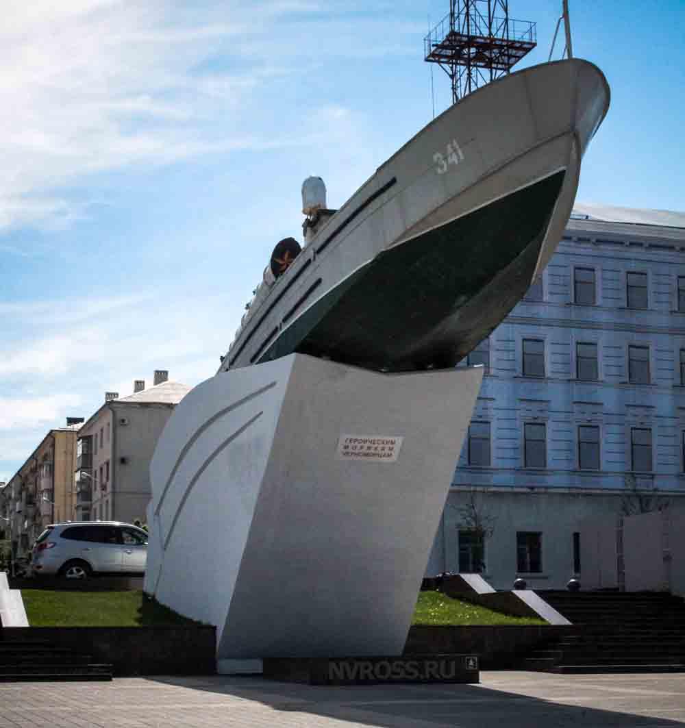 памятник - торпедный катер «Героям морякам черноморцам»
